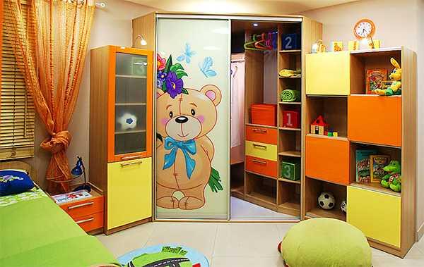Хорошо, что в шкафу-купе будет много полок и ящиков, так что для всех  игрушек найдется место. fd6b99167a2